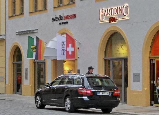 Swissotel Dresden: Straßenansicht mit Eingang zur Rezeption
