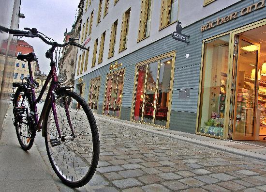 Swissotel Dresden: Straßenimpression rund um das Gebäude des Swissôtels