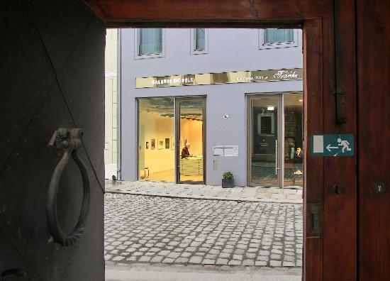 Swissotel Dresden: Durchgang zum historischen Stallhof des Residenzschlosses