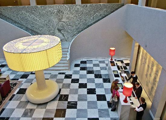 Hyperion Hotel Dresden am Schloss: Weitläufige und außergewöhnlich designte Lobby mit Rezeption