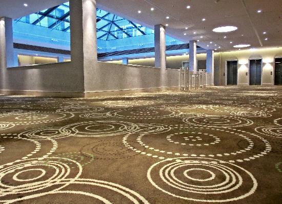 Hyperion Hotel Dresden am Schloss: hochwertige Musterung der Teppiche auf den Gängen (Corporate Design)