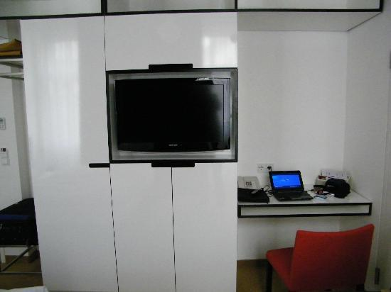 Alma Boutique-Hotel: TV, desk, wardrobes
