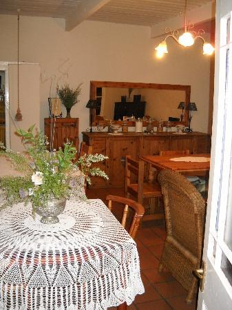 Elianthe's Guesthouse: Old, thick walled, wooden shutters, antique dinner