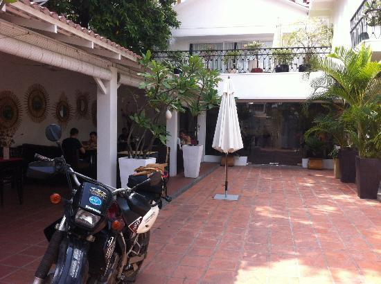 Le Safran de Phnom Penh: Restaurant on the left, hotel reception right in front