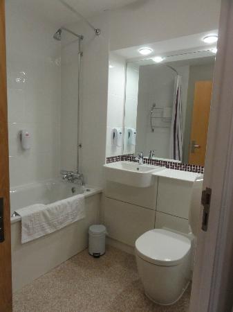 Premier Inn Evesham Hotel: bathroom