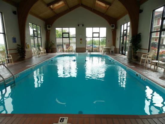 Quality Inn West: The Pool House