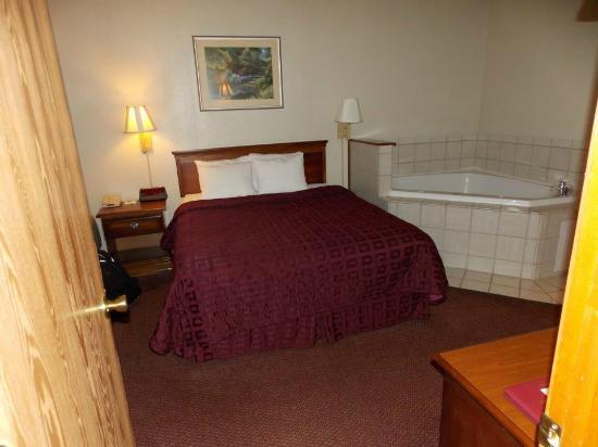 Comfort Inn West: Queen bed room