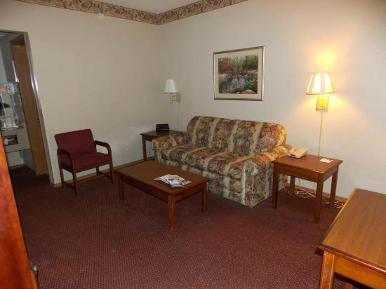 Quality Inn West: The living room