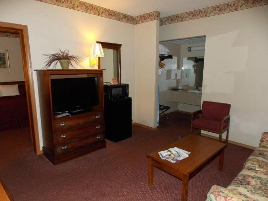 Quality Inn West: Living room and 2nd bathroom