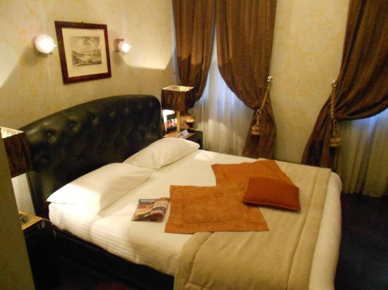 The Inn At The Roman Forum: small but comfy room