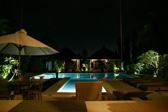 Villa Adinda: Zicht vanuit de villa bij avond. Op de achtergrond de bungalows