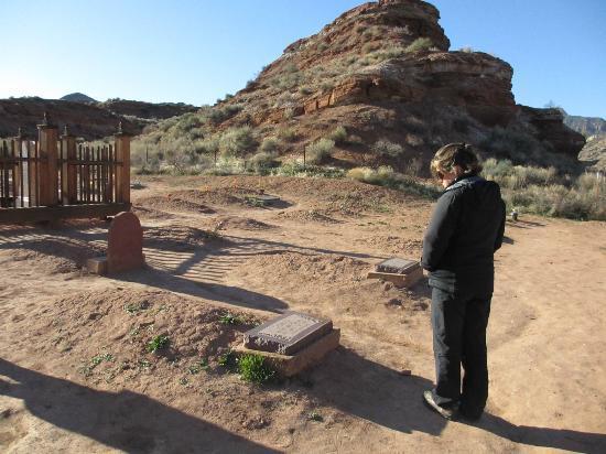ยูทาห์: The graveyard is about 1/4 mile from the actual town