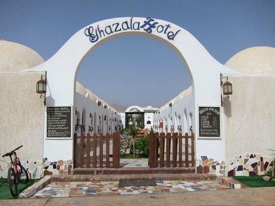 Ghazala Hotel: Front Gate