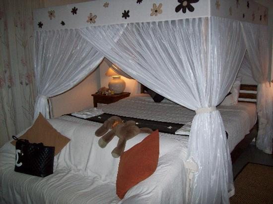 Villa Kaba Kaba Resort Bali: Luxurious bed with all round mosquito nets-important in Bali