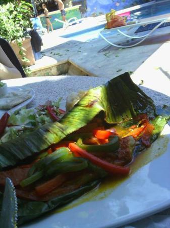 Hotel Casa Tucan: le poisson dans sa feuille de banane, au bord de la piscine