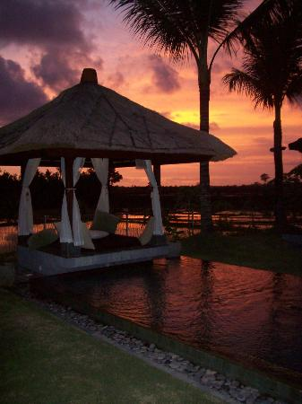 Villa Kaba Kaba Resort Bali: Sip your wine lying on plush pillows and look at the view!!