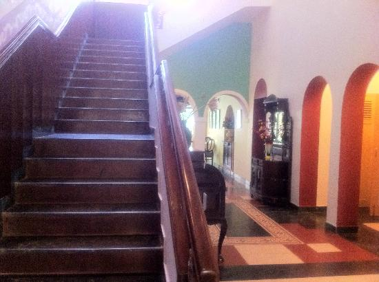 Casa Anjuna: Wooden staircases lead to the rooms.