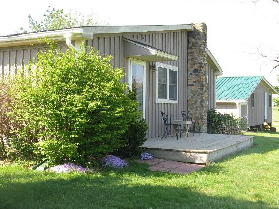 Piney Hill Bed & Breakfast: Rosebud Cottage, back deck