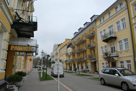 LD Palace: Kurhaus Palace I links, Kurhaus Palace II rechts