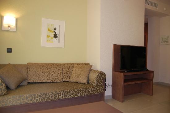 Protur Bonaire Aparthotel: Louge area and tv