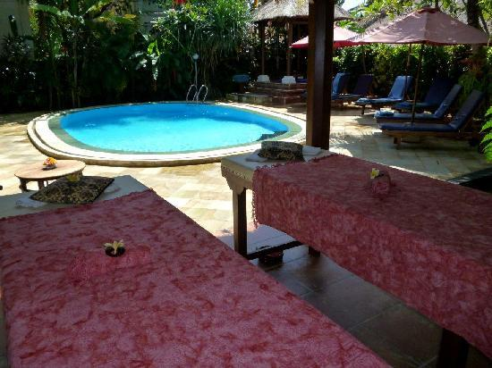 Sama's Cottages and Villas : Enjoy a massage poolside