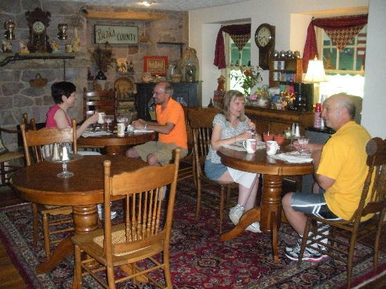 Living Spring Farm Bed and Breakfast: Dining in friendly atmosphere