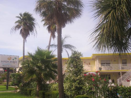 Sands Point Motel: Blich von der Ecke Coronado Drive/ Gulfview Bvd