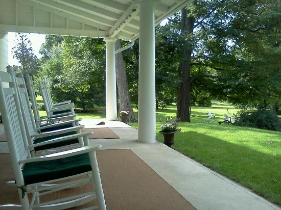 Charlton Farm Inn: Front Porch