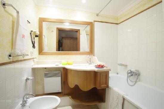 Chalets Le Grand Balcon : Bathroom with a bath