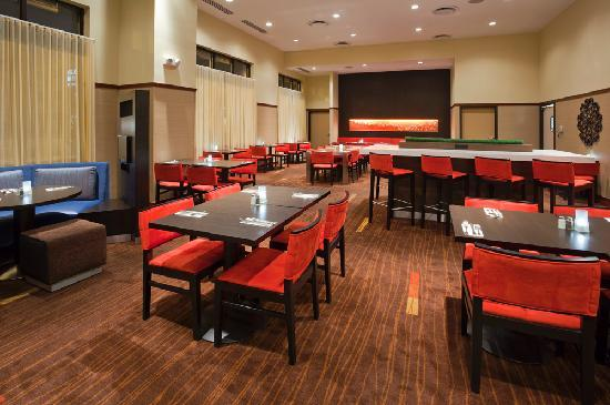 Courtyard Rochester Mayo Clinic Area/Saint Marys: Saints on Second, full service restaurant and bar