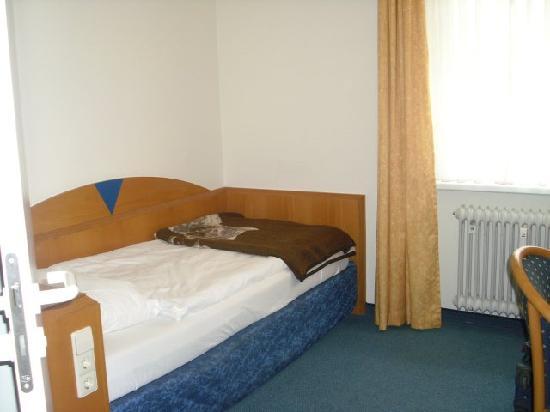 City Hotel Freiburg: letto e termosifone spento