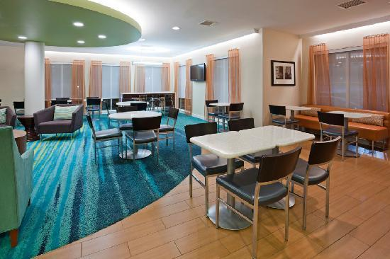 SpringHill Suites Rochester Mayo Clinic Area/Saint Marys: Enjoy our complimentary hot breakfast buffet daily in our lobby and breakfast area