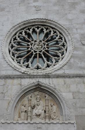 Duomo dei SS. Giovanni e Paolo: Dreifaltigkeitsrelief und Rosette