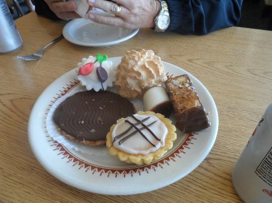 Olsen's Danish Village Bakery: Alguns dos doces servidos