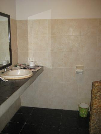 Varinda Garden Resort: Bathroom