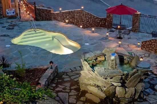 The Esmeralda Inn: Patio Spa at Night