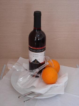Hotel Cosmomare: Cesto di frutta e vino