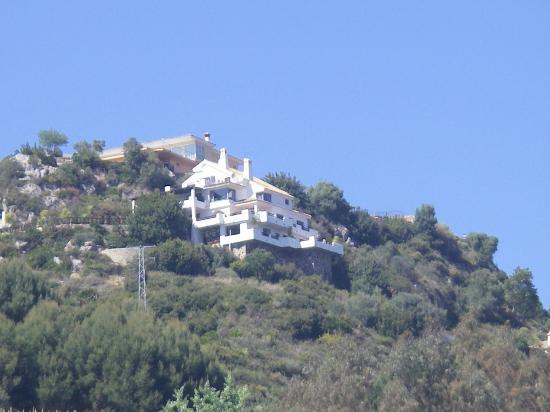 فيلا ذا أربان: view from road below