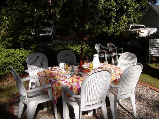 Piety Hill Cottages Motel and B&B Inn: Group Breakfast