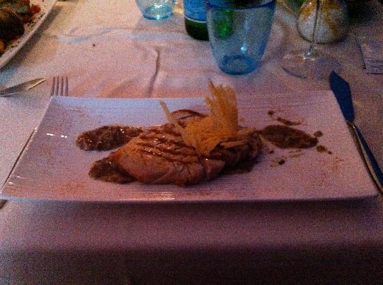Ristorante Raggiazzurro: Tagliata di tonno ai ferri con salsa al tartufo e cialda di grana croccante