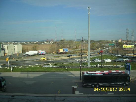 Holiday Inn Express North Bergen - Lincoln Tunnel: View from third floor room facing front of hotel
