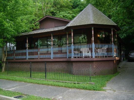 1884 Wildwood Bed and Breakfast Inn : The private suits are located across from the Main house