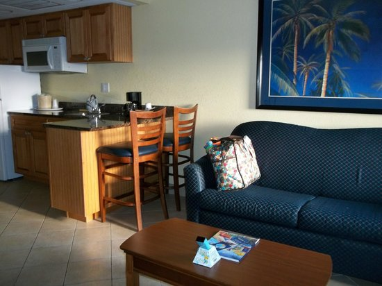 BEST WESTERN Cocoa Beach Hotel & Suites: Living room/Kitchenette