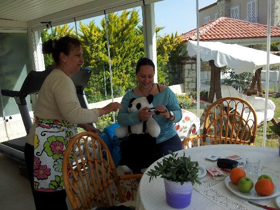 Panda Alacati Hotel: Gül hanimin bize hazirladigi  kahvalti ziyafeti  sonrasi sohbeti :)
