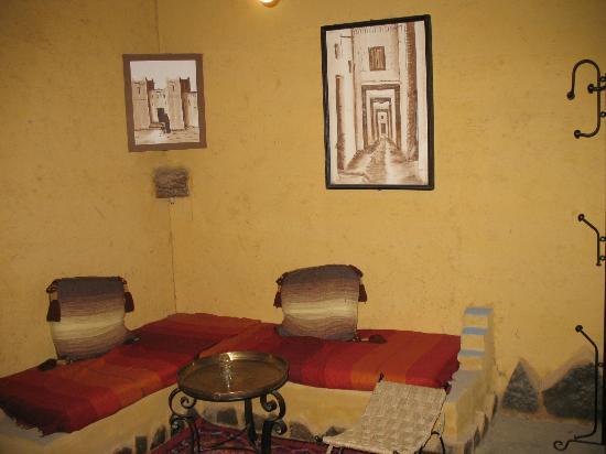 Hotel Kasbah Mohayut: Sala dentro de habitación