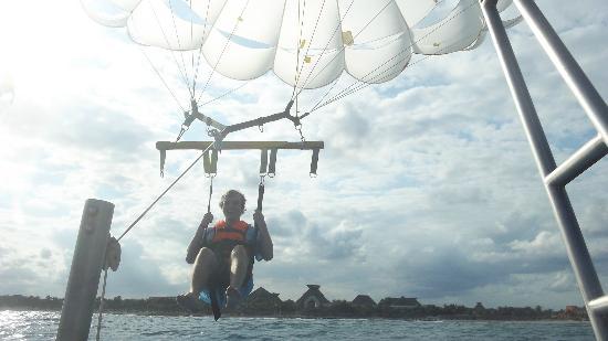 Grand Bahia Principe Tulum : parasailing!!