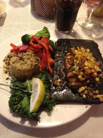 BeDillon`s Restaurant & Cactus Garden: Delicious cedar-planked salmon!
