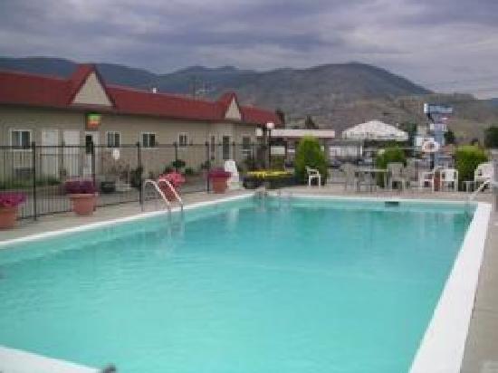 Apple Tree Inn: Fenced Pool Area