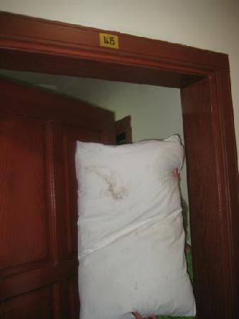 Club Verano: грязное постельное белье, а Администр отеля говорит, что чище нет и это только что из стирки!!!