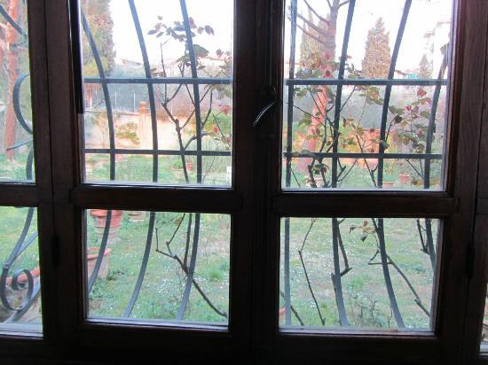 B&B Le Terrazze : finestra della camera matrimoniale con vista su un grande giardino
